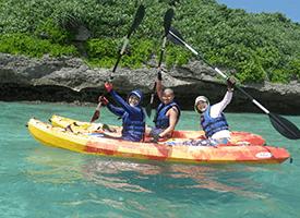 透明度の高さを誇る伊良部の海は、シーカヤックを浮かべると宙に浮いているようかのに見える最高のシーカヤック体験を宮古島で